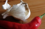 5 valkosipulia & chiliä