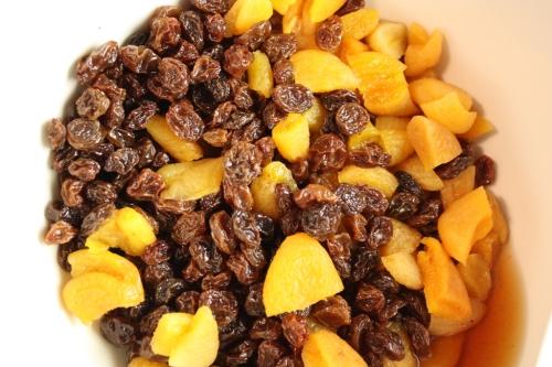 rusinoita, aprikooseja ja konjakkia