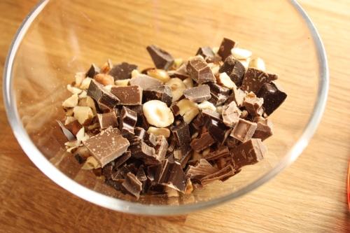 noin ½ dl pähkinöitä ja 50 g suklaata